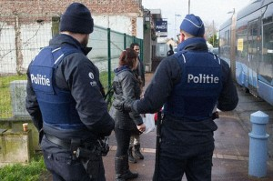 4871972_6_d45a_la-police-belge-procede-a-des-controles_328166fe93fdef5ba0f5365d4c24c802